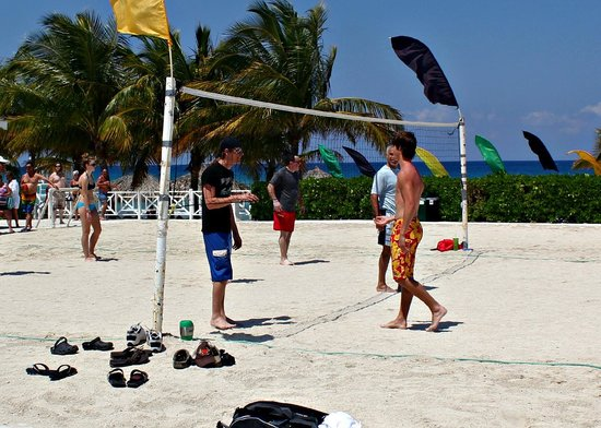 Grand Palladium Lady Hamilton Resort & Spa: sons playing volley ball.