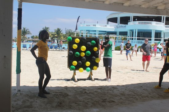 Grand Palladium Lady Hamilton Resort & Spa: staff entertaining us with games and activities.
