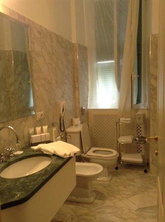 Royal Hotel Sanremo : bathroom in suite 237