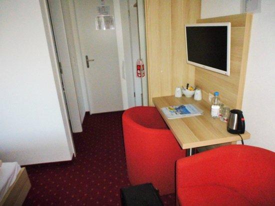 Hotel Kreuz: decent tv ,open the mirrored  door for makeup