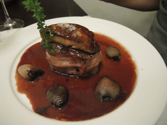 Anocheza : Mit frischem Speck umhülltes Rinder-Filet - bedeckt mit einer Scheibe Rinder-Leber - karamelisie
