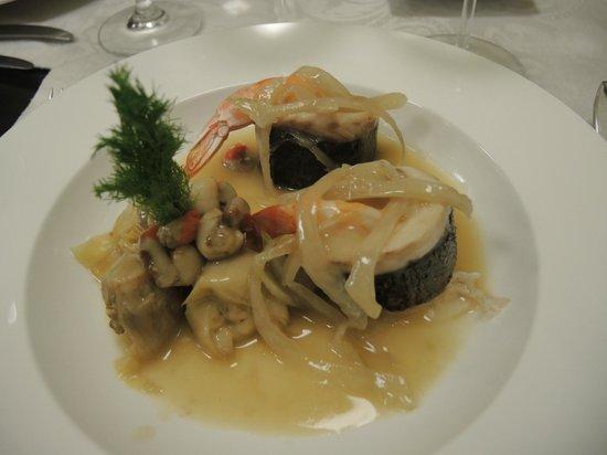 Anocheza : Mit See-Barsch umhüllte Riesen-Garnelen an Armangnac-Sauce und Fenchel Zwiebel