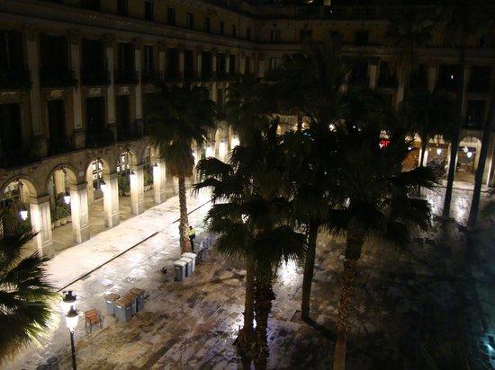 Roma Reial Hotel: Vista di una parte di Piazza Reial dalla camera