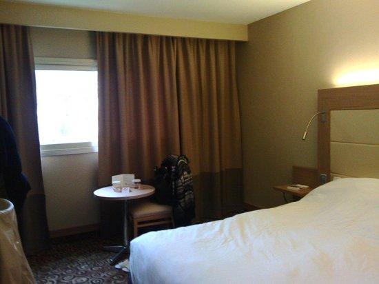 Hotel Lyon Metropole : Chambre. Bouteille d'eau mise à disposition journalierement et plateau de courtoisie
