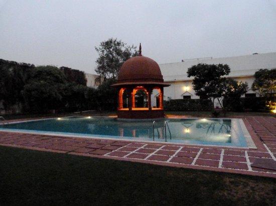 The Grand Imperial, Agra: vue de la piscine depuis la chambre
