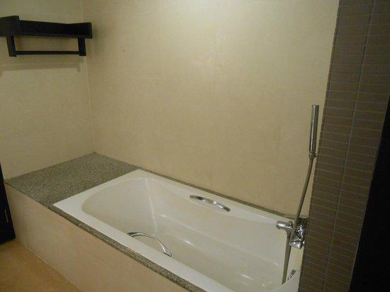Buri Tara Resort: Bathroom
