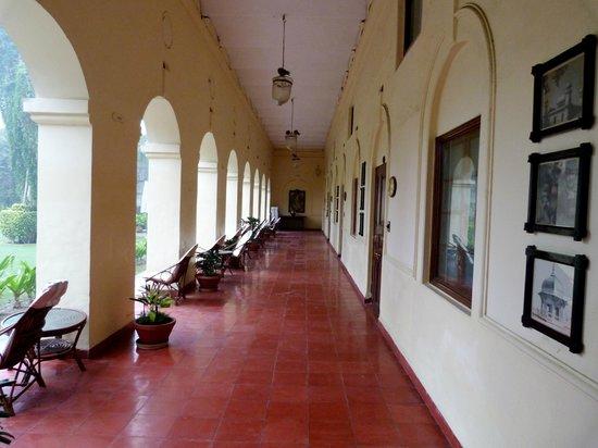 The Grand Imperial, Agra: passage sous arcades pour accéder aux chambres
