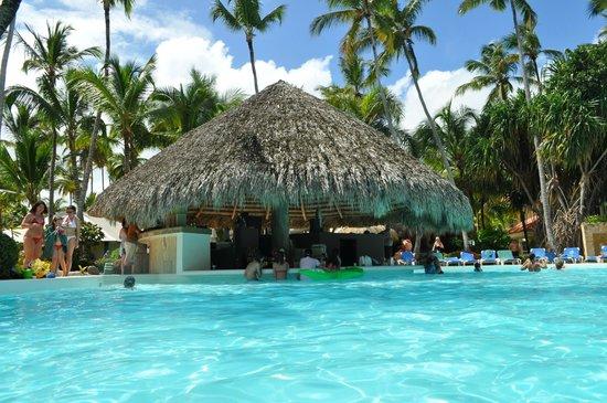 Meliá Caribe Tropical: El restaurante en la picina