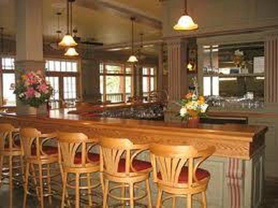Kaslo Hotel Pub & Restaurant: Grab a chair at our bar!