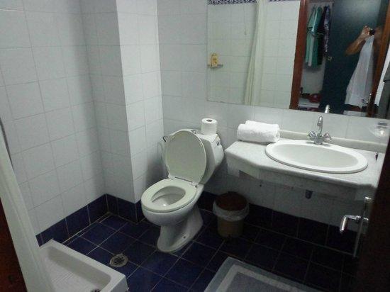 Lille altan med 2 stole og rundt bord. husk myggespray.   picture ...