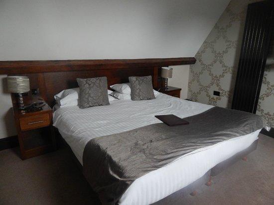 The Duke of Edinburgh Hotel: bedroom
