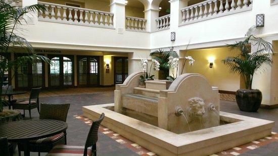 Hyatt Regency Westlake : Lounge area leading to function room