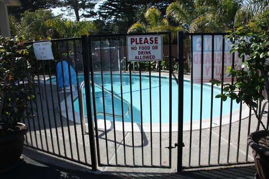Stage Coach Lodge: Fenced pool area near front of property was clean