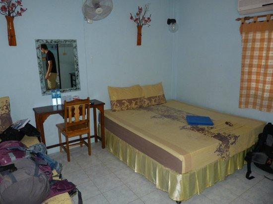 Sunset Bungalows: Chambre près de l'entrée de l'hôtel