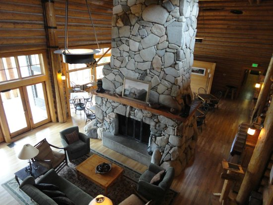 Freestone Inn: Lounge; behind the fireplace is the