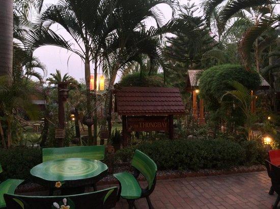 Thongbay Guesthouse: Vue du jardin