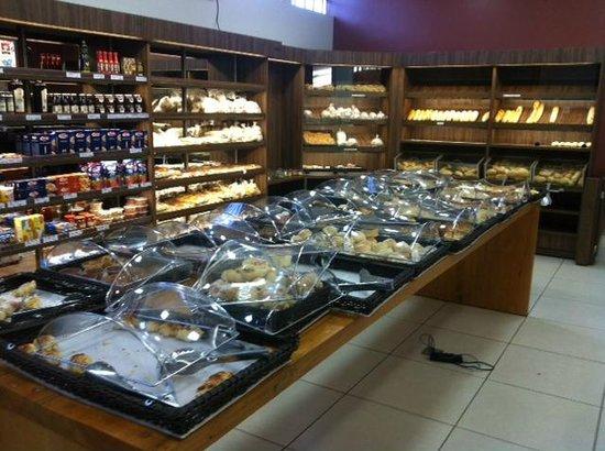 Essa é a parte de padaria/confeitaria, muito bem montada e com várias opções. Bom pão francês.