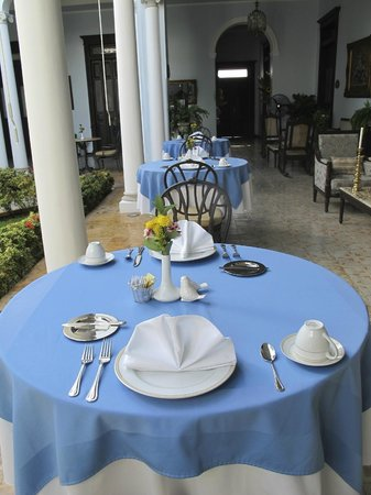 Casa Azul Hotel Monumento Historico : Dining tables along the courtyard