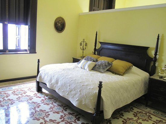 Casa Azul Hotel Monumento Historico : Bedroom-huge!