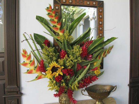 Casa Azul Hotel Monumento Historico : Floral arrangements abound