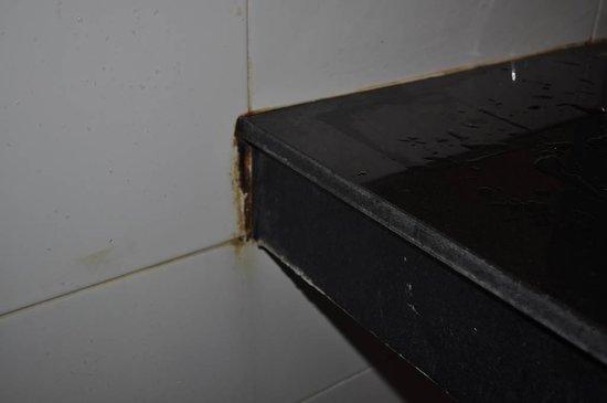 Aonang Miti Resort: Signos de humedad en los baños