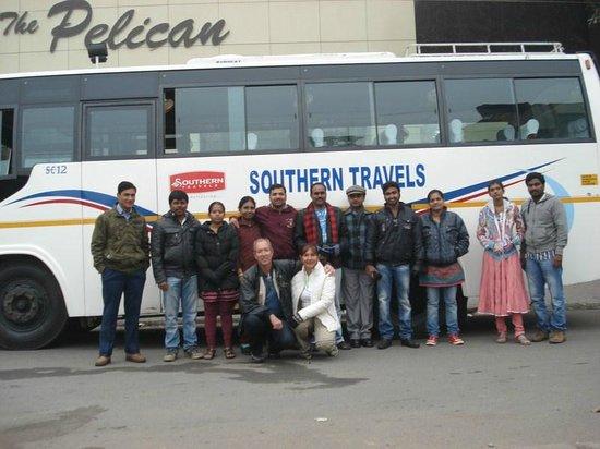 Hotel Southern: Ônibus da viagem em frente a um dos hotéis