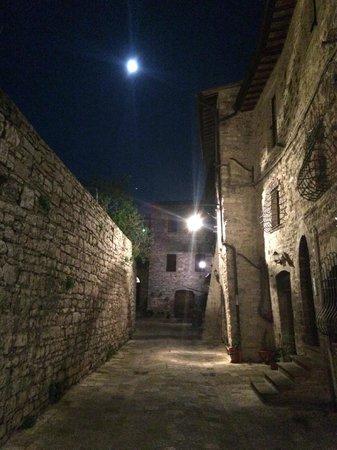Trattoria da Erminio: Night view, it's just down on the right