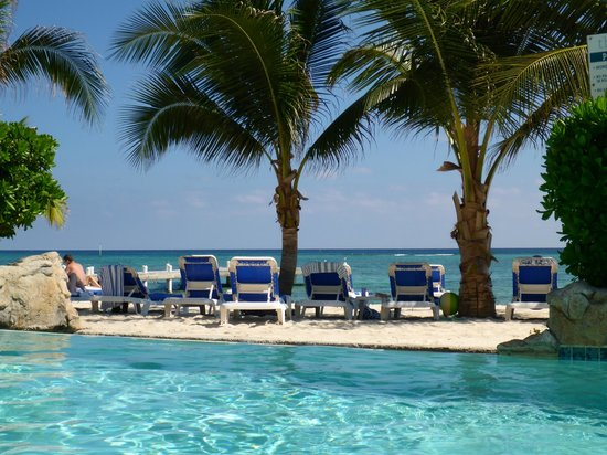 Wyndham Reef Resort: Beach with plenty of available lounge chairs - no rushing out at 7am to claim one!