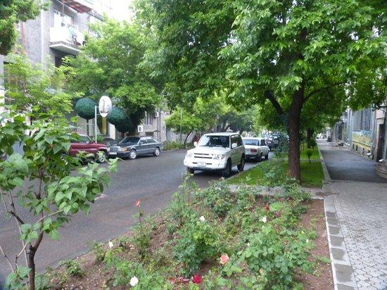 Envoy Hostel and Tours: A rua do Envoy Hostel (Parpetsi Poghots)
