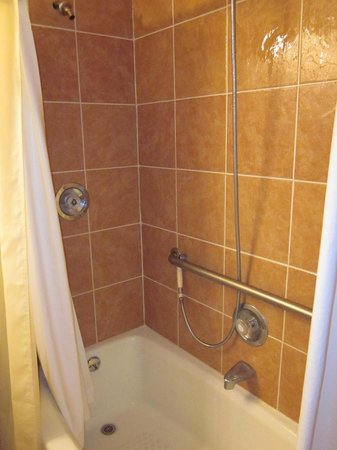 Yarmouth Resort: Shower/Bathtub
