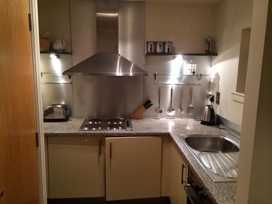 Holyrood apartHOTEL: kitchen off lounge