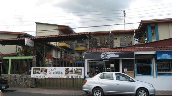 Hotel Arenal Bromelias: View from the street