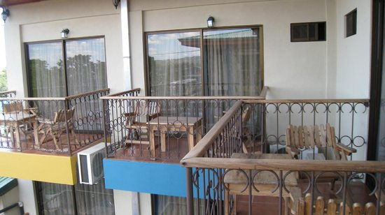 Hotel Arenal Bromelias: The other side of the porch