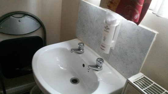 Chiswick Lodge Hotel: The sink in the main bedroom