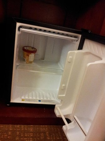Courtyard by Marriott Nashville Airport: RM 410 food still in ref. but addressed by Mgmt.