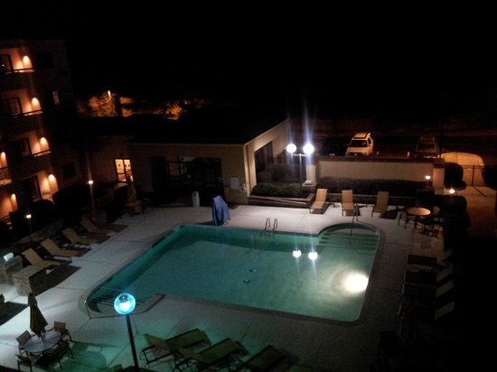Courtyard Nashville Airport: RM 408 Night View of Pool