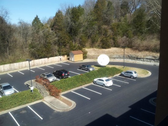 Courtyard Nashville Airport: RM 431 wit parking lot view