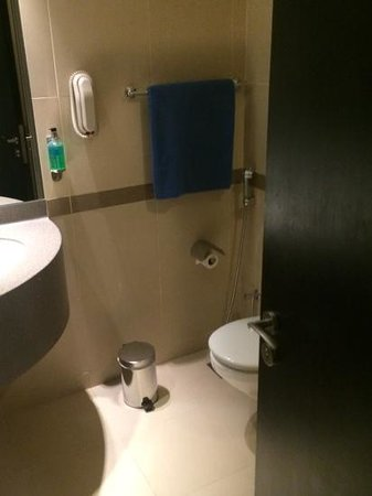 """Holiday Inn Express Dubai Jumeirah : singlr """"blue frayed towel"""""""