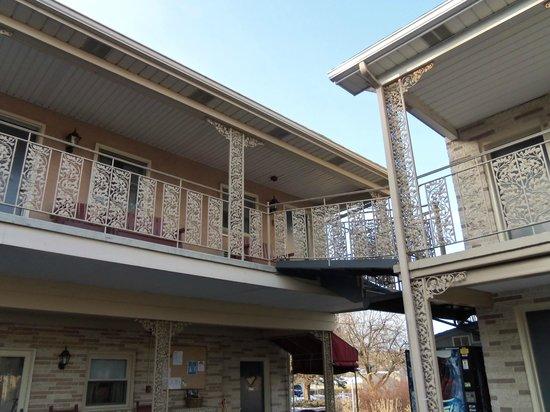 White Rose Motel: outdoor 2nd floor