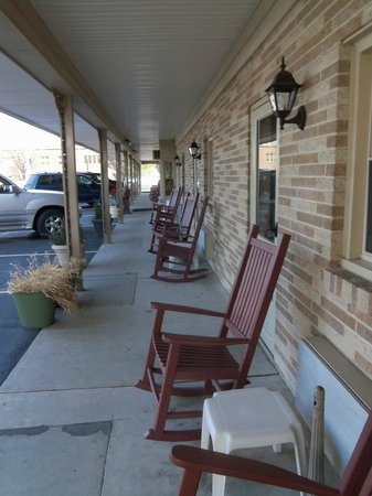 White Rose Motel: rocking chairs outside your door
