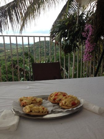 La Paloma Guest House: Delicious homemade Arrepas con coco with eggs for breakfast