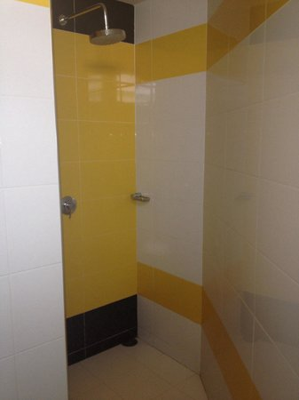 Saphaipae Hostel: Shower in delux room