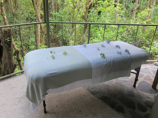 Hidden Canopy Treehouses Boutique Hotel : Massages on the patio