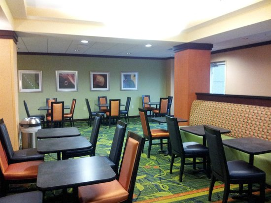 Fairfield Inn & Suites Lexington North: Large Breakfast and meeting area