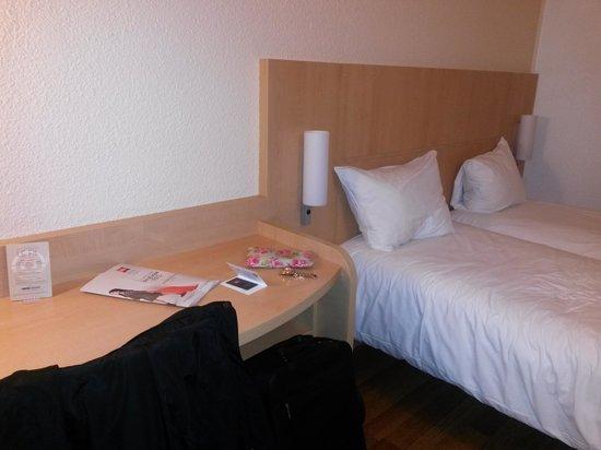 ibis Paris Tour Eiffel Cambronne 15ème : Twin beds and desk