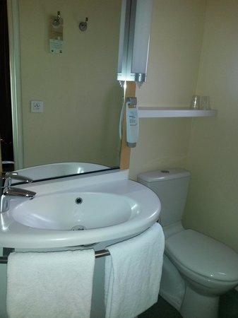 Ibis Tour Eiffel Cambronne: Bathroom