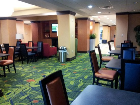 Fairfield Inn & Suites Lexington North: Breakfast and Meeting Area