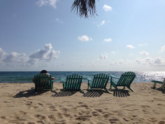 Seaspray Hotel: Beach and chairs