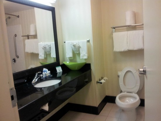 Fairfield Inn & Suites Lexington North : Suite 615 bathroom