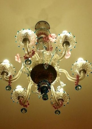 Hotel Firenze : Traditional Murano glass chandalier in our room